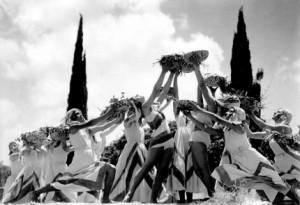 Danse de jeunes femmes présentant les prémices de Shavouoth à 'Haïfa en 1932